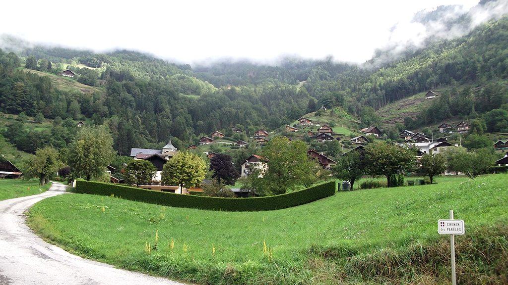 Le village de Queige, pied de l'ascension du versant Nord (photo Alpes4ever)