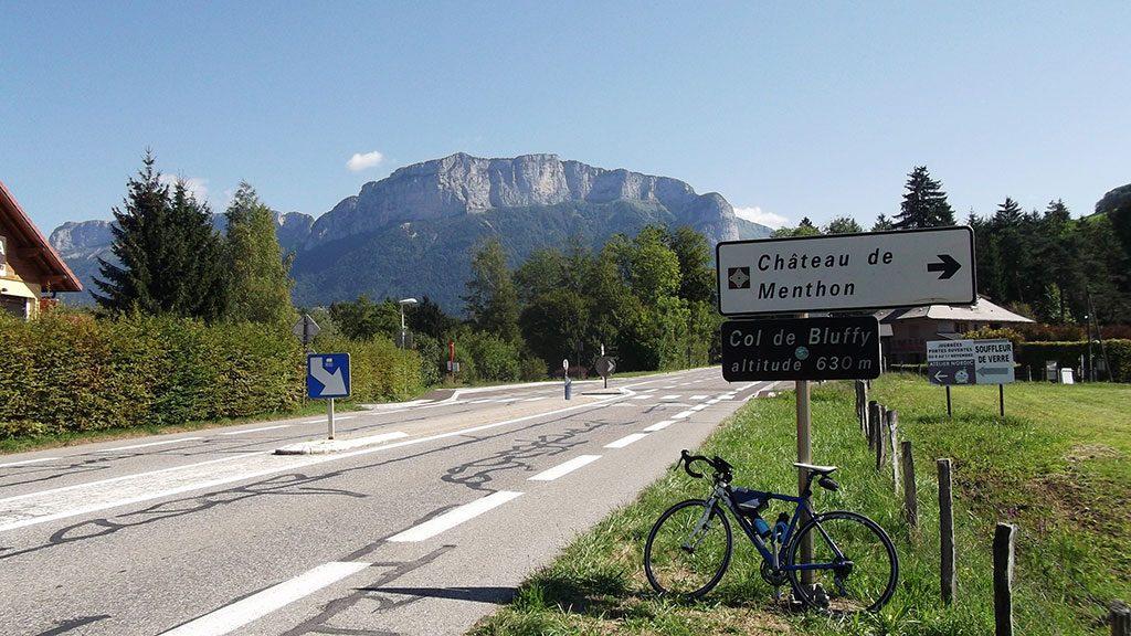 Col de Bluffy. En arrière-plan, la Tête Turpin (1541 m) et sa barre rocheuse (photo Alpes4ever)