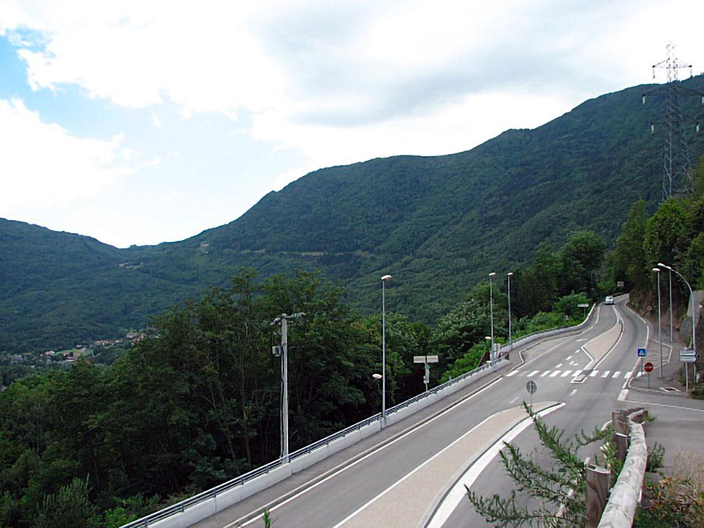 Vue de la Rampe de Laffrey, à flanc de montagne, depuis la bifurcation vers le village de Notre-Dame-de-Mésage jusqu'à Laffrey en haut à gauche (photo de I, TCY).