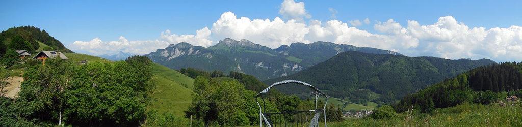Au sommet du Col du Feu, très belle vue sur plusieurs sommets du Massif du Chablais dont le Mont Billiat au centre (photo Alpes4ever).