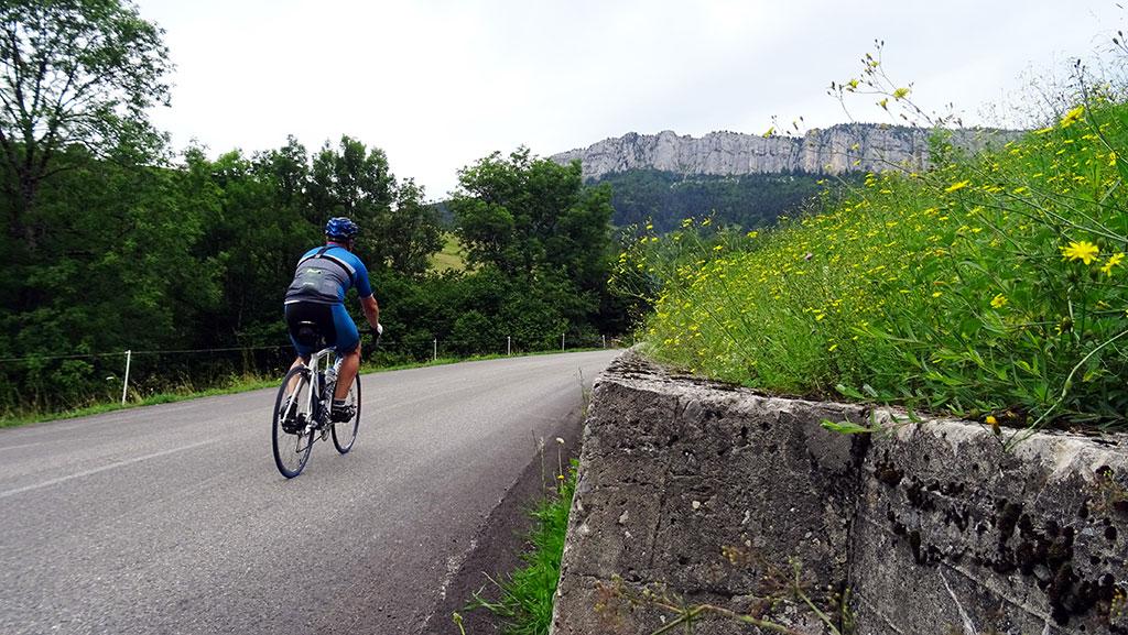 Col de la Cluse, vue sur la falaise du Mont Outheran dans l'ascension entre Entremont-le-Vieux et la Station du Désert d'Entremont (photo Alpes4ever).